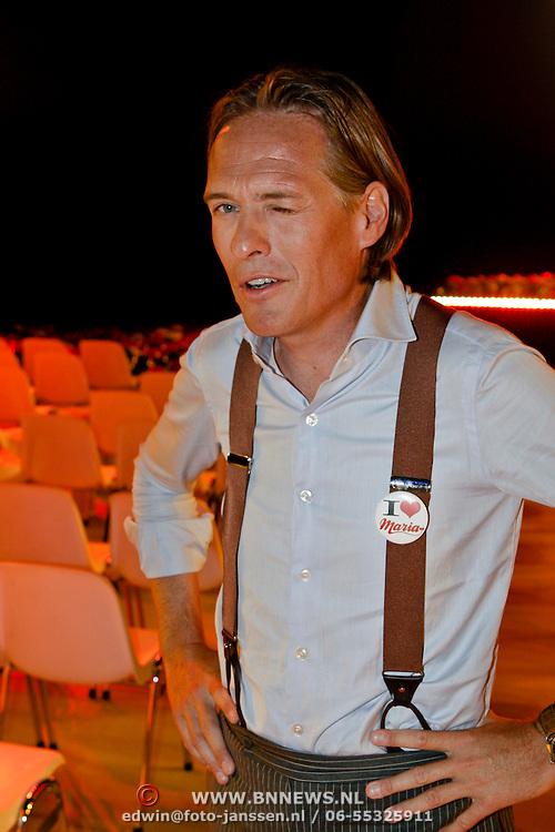 NLD/Baarn/20080821 - Najaarspresentatie 2008 Publieke Omroepen, Jort Kelder geeft een knipoog
