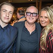 NLD/Scheveningen/20171107 - Boekpresentatie Deal, Rene van der Gijp, partner Minouche de Jong en zoon Nikkie