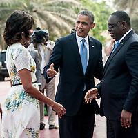 27/06/2013.  Dakar. Senegal. Les présidents Barack Obama et Macky Sall ont offert une conférence de presse au Palais Présidentiel de la République du Senegal. Michelle Obama a son arrivée. Michelle et Barack Obama saluent Macky Sall. ©Sylvain Cherkaoui/Cosmos