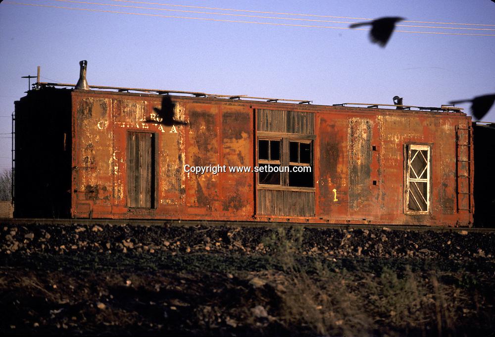 A wagon turned in a house along the railroad  ..  ..Wagon transforme en habitation le long de la voie ..R00040/36      /  R00040  /  P0003463