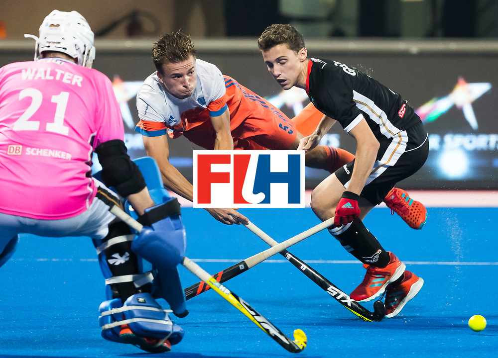BHUBANESWAR -  Thijs van Dam (Ned) in duel met Johannes Grosse (Ger) en keeper Tobias Walter (Ger)  tijdens de Hockey World League Finals , de kwartfinale wedstrijd Duitsland-Nederland (3-3).Duitsland wint na shoot-outs.  COPYRIGHT KOEN SUYK
