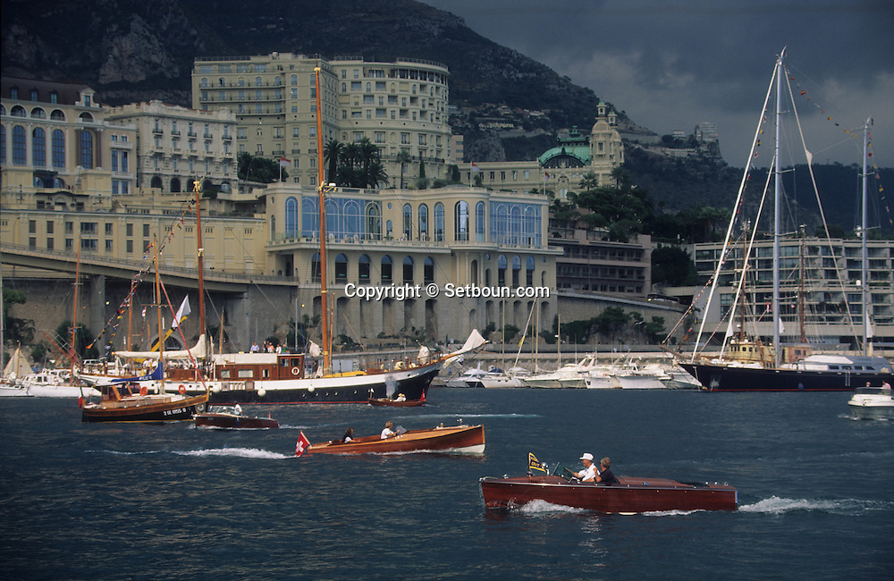 old boats in the port during the  - classic week -     Monaco        bateaux evoluant dans le port de monaco duant  la  - clasic week -     Monaco   R00286/11    L3253  /  R00286  /  P0007576