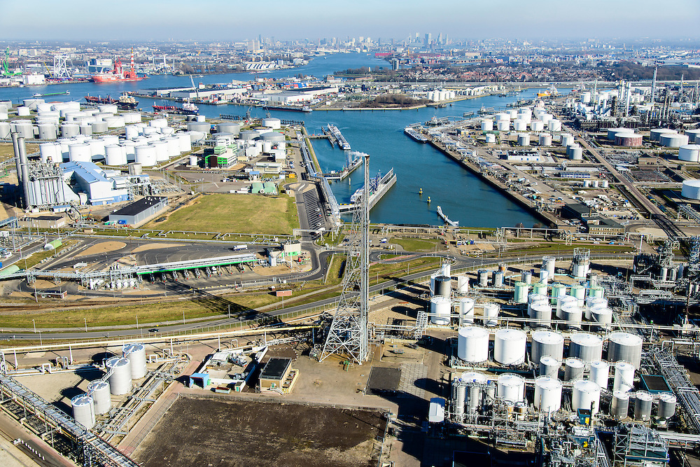 Nederland, Zuid-Holland, Rotterdam, 18-02-2015. Vondelingenplaat, Shell Pernis, de grootste raffinaderij van Europa. Op het terrein bevinden zich ook chemische fabrieken. Tweede Petroleumhaven. <br /> Shell Pernis, the largest refinery in Europe, the site includes several chemical plants.<br /> luchtfoto (toeslag op standard tarieven);<br /> aerial photo (additional fee required);<br /> copyright foto/photo Siebe Swart