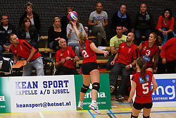 06-10-2012 VOLLEYBAL: TOPDIVISIE VROUWEN KING SOFTWARE VCN - LONGA 59 : CAPELLE AAN DEN IJSSEL<br /> Marjolein Verhaaf probeert in een uiterste poging de bal nog te halen<br /> ©2012-FotoHoogendoorn.nl / Pim Waslander