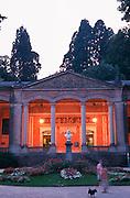 Deutschland, Germany,Baden-Wuerttemberg.Schwarzwald.Baden-Baden, Kurpark, Trinkhalle (Friedrichsquelle) bei Dämmerung.Black Forest, Baden-Baden, pump room at dusk...