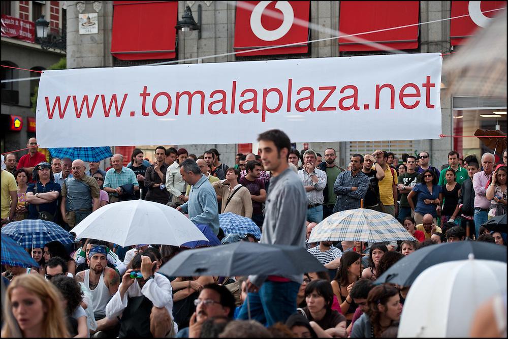 """L'assemblee populaire quotidienne est sur le point de commencer. // Le mouvement spontane du """"15 M"""" (15 mai) compose de citoyens espagnols campe depuis 2 semaines sur la place Puerta Del Sol avec pour revendication la construction d'une democratie nouvelle. Organise en commission les citoyens prennent la parole lors d'assemblee ouverte a tous - Place Puerta Del Sol à Madrid le Juin 2011. ©Benjamin Girette/IP3Press"""