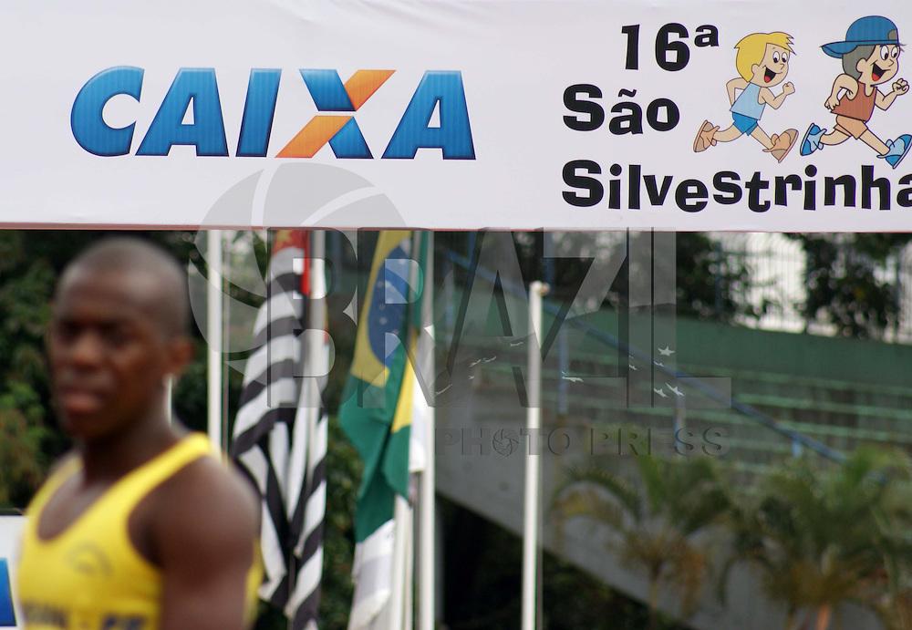 """SÃO PAULO, SP, 27 DE DEZEMBRO 2009 - 16ª SÃO SILVESTRINHA - 16ª São Silvestrinha, voltado a crianças de 7 à 15 anos as provas acontecem na pista de atletismo do estádio """"Icaro de Castro Melo"""" no bairro de Moema na região sul da capital paulista FOTO: WILLIAM VOLCOV / BRAZIL PHOTO PRESS"""