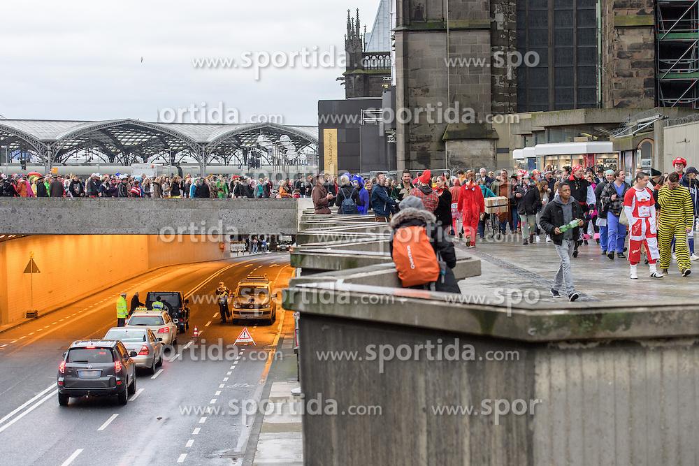 23.02.2017, Koeln, GER, Karneval, Weiberfastnacht, im Bild Polizeikontrolle am Dom auf der Komoedienstrasse // during Women's Night of Cologne Carnival 2017. Koeln, Germany on 2017/02/23. EXPA Pictures © 2017, PhotoCredit: EXPA/ Eibner-Pressefoto/ Schueler<br /> <br /> *****ATTENTION - OUT of GER*****