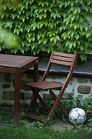 Feature Koenigstein          In einem Garten in Koenigstein im Taunus liegt ein Fussball.