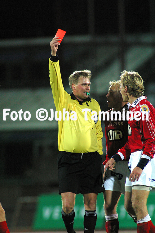 06.10.2002, Pori, Finland..Liigakarsinta 2002 / Finnish League Promotion play-off 2002..FC Jazz Pori v FC Jokerit Helsinki..Erotuomari Kimmo Salminen n?ytt?? punaista korttia FC Jazzin Juha Riipalle. Keskell? protestoi Tero J??skel?..©Juha Tamminen