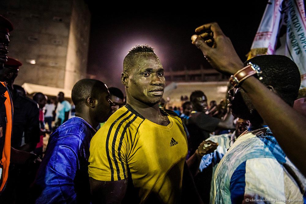 Der Gewinner des Turniers vom 29.03.2015 im Stadion Iba Mar Diop in Dakar wird vom Publikum gefeiert.