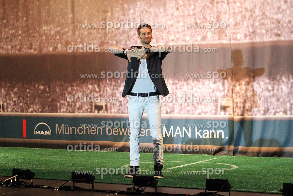 19.08.2014, Allianz Arena, Muenchen, GER, 1. FBL, FC Bayern Muenchen, Praesentation Mannschaftsbus Lions Coach, im Bild Illusionist Julius Frack praesentiert den neuen Mannschaftsbus des FC Bayern Muenchen // during the Presentation of the Lions Coach of German Bundesliga Club FC Bayern Munich at the Allianz Arena in Muenchen, Germany on 2014/08/19. EXPA Pictures © 2014, PhotoCredit: EXPA/ Eibner-Pressefoto/ Kolbert<br /> <br /> *****ATTENTION - OUT of GER*****