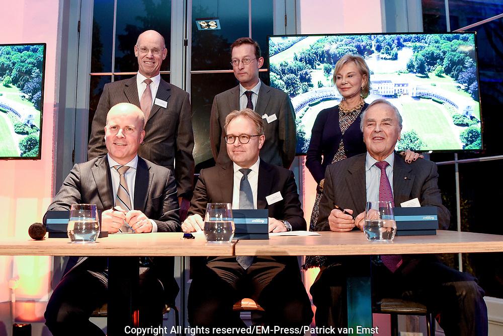 Officiële overdracht plaats van Paleis Soestdijk.<br /> <br /> Op de foto:  Staatssecretaris Raymond Knops van Binnenlandse Zaken en Koninkrijksrelaties en Ton Meijer , DGA van MeyerBergman Erfgoed Groep, tijdens zetten hun handtekening onder de koopovereenkomst van Paleis Soestdijk.