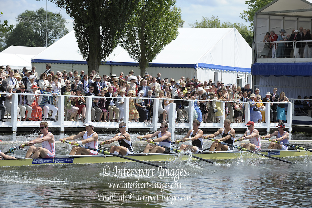 Henley, Great Britain. Leander Club and Molesey BC.  in a heat of the Ladies Challenge  Cup.  2009 Henley Royal Regatta Friday 03/07/2009 at  [Mandatory Credit. Peter Spurrier/Intersport Images] . HRR.