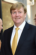 Koning Willem-Alexander en koningin Maxima tijdens de opening van de tentoonstelling Mapping Australia in het Aboriginal Art Museum (AAMU) in Utrecht. Het koningspaar bezoekt de tentoonstelling in aanloop naar de staatsbezoeken aan Australie en Nieuw-Zeeland. <br /> <br /> King Willem-Alexander and Queen Maxima at the opening of the exhibition Mapping Australia in the Aboriginal Art Museum (AAMU) in Utrecht. The royal couple will visit the exhibition in preparation for the state visit to Australia and New Zealand.<br /> <br /> Op de foto / On the photo:  Aankomst Koning Willem-Alexander // Arrival King Willem-Alexander