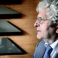 Nederland,Amsterdam ,25 mei 2008..In Vondel. Het verhaal van zijn leven schildert Piet Calis op meesterlijke wijze het leven in de zeventiende eeuw en dat van Vondel in het bijzonder. Schrijver Piet Calis. Writer Piet Calis.