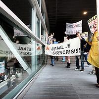 Nederland, Amsterdam , 9 mei 2011..Demonstratie van SP leden voor de ingang van het Muziekgebouw aan het IJ waar de jaarlijkse Algemene Vergadering van ING Groep N.V. gehouden wordt..Foto:Jean-Pierre Jans