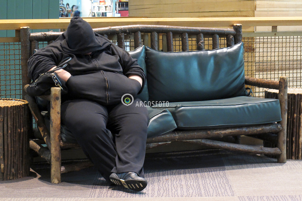 Mulher obesa descansa em um shopping center em New Jersey / Obese woman rests in a mall in New Jersey