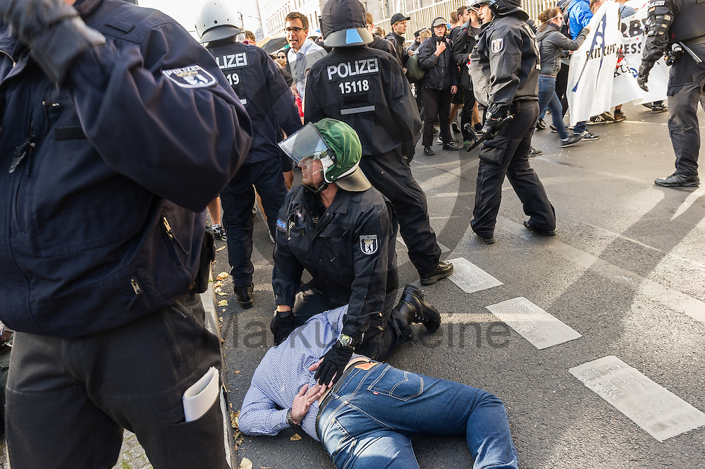 Polizisten nehmen während der 1. Welle der Blockupy Proteste am 02.09.2016 in Berlin, Deutschland eine Demonstrationsteilnehmer fest. Das Bündnis versuchte das Ministerium für Arbeit und Soziales zu blockieren um gegen die Politik der Verarmung, Ausgrenzung und sozialen Spaltung zu protestieren. Foto: Markus Heine / heineimaging