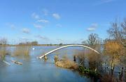 Nederland, Nijmegen, 16-02-2016Het waterpeil van de rivier de Waal stijgt weer. Het voetgangersbruggetje, wandelbrug de Ooijpoort dat Nijmegen verbindt met de stadswaard in de Ooijpolder is niet meer te gebruiken en de uiterwaarden lopen onder tot aan de dijk. Het vee is naar hoger land gedreven.Foto: Flip Franssen/Hollandse Hoogte