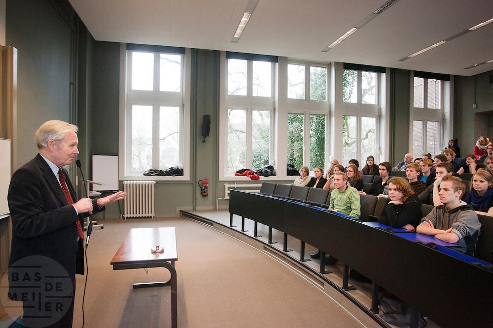 Jan Terlouw geeft een gastcollege in de collegezaal waar hij vroeger zelf natuurkunde studeerde in Utrecht. Het college is onderdeel van de studiemarathon, een protestactie tegen de bezuinigingen in het hogere onderwijs. Na Utrecht wordt de marathon voortgezet in Groningen en Amsterdam.<br /> <br /> Former politician and physician Jan Terlouw is giving a lecture as part of a study marathon as protest against cuts in the higher education.