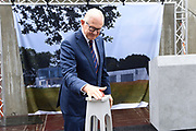 Prof. Mr. Pieter van Vollenhoven opent Grebbelinie bezoekerscentrum in Renswoude.<br /> <br /> Prof. Mr. Pieter van Vollenhoven opens Grebbelinie visitor center in Renswoude.<br /> <br /> Op de foto / On the photo: <br /> <br />  Officiele opening door Prof. Mr. Pieter van Vollenhoven