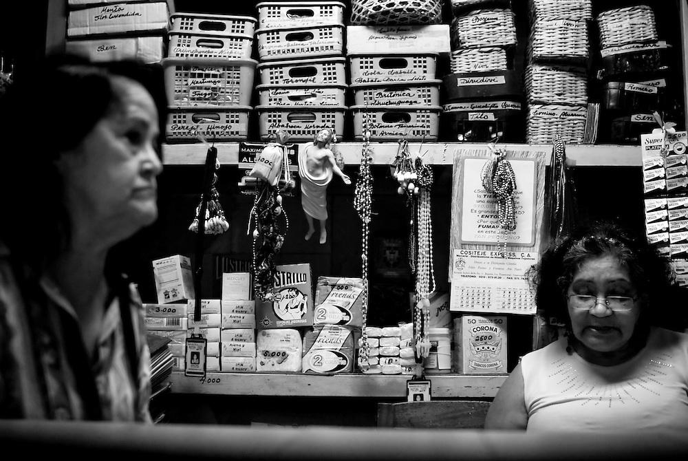 APUNTES SOBRE MI VIDA: LA PASTORA I - 2009/10<br /> Photography by Aaron Sosa<br /> Carmen Cecilia Rojas junto a su amiga Silvia, comerciante del Mercado de la Pastora.<br /> La Pastora, Caracas - Venezuela 2009<br /> (Copyright &copy; Aaron Sosa)