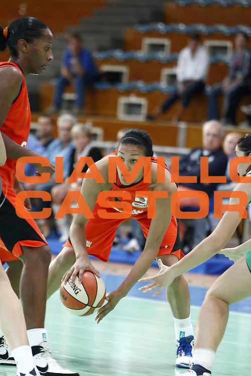 DESCRIZIONE : Napoli Palavesuvio LBF Opening Day Erg Power&amp;Gas Priolo Famila Schio<br /> GIOCATORE : Marissa Coleman<br /> SQUADRA : Famila Schio<br /> EVENTO : Campionato Lega Basket Femminile A1 2009-2010<br /> GARA : Erg Power&amp;Gas Priolo Famila Schio<br /> DATA : 11/10/2009 <br /> CATEGORIA : palleggio<br /> SPORT : Pallacanestro <br /> AUTORE : Agenzia Ciamillo-Castoria/E.Castoria