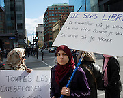 Canada, Qu&eacute;bec, Montr&eacute;al. Une autre manifestation pour d&eacute;noncer le projet de charte des valeurs qu&eacute;b&eacute;coises du gouvernement Marois s'est d&eacute;roul&eacute;e le 20 octobre 2013 au centre-ville de Montr&eacute;al. La coalition appel&eacute;e &laquo;Ensemble contre la charte x&eacute;nophobe a rassembl&eacute; pr&egrave;s de 1000 personnes.<br /> During a demonstration against the Quebec Government's proposed Charter of Values, a youg muslim woman carries a sign who says: &quot; I am free to work where I wish, to dress as I wish and to live as I wish.