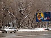Nowosibirsk/Russische Foederation, RUS, 19.11.07: Altes Taxi an einem Taxistand in der sibirischen Hauptstadt Nowosibirsk. Im Hintergrund ein Plattenbau und Werbung.  <br /> <br /> Novosibirsk/Russian Federation, RUS, 19.11.07: Old cab and commercial on a street in the sibirian capitol Novosibirsk.