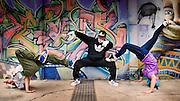 Retrato de grupo de breakdancers haciando una postura, en Valparaíso, Chile.