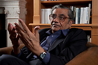 31 MAY 2010, BERLIN/GERMANY:<br /> Jagdish Natwarlal Bhagwati, indischer Oekonom und Professor fuer Politik und Wirtschaft an der Columbia University, waehrend einem Interview, Bibiothek der American Academy<br /> IMAGE: 20100531-02-063<br /> KEYWORDS: Jagdish Bhagwati, Ökonom