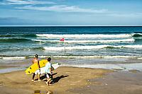 Surfistas na Praia do Matadeiro. Florianópolis, Santa Catarina, Brasil. / Surfers at Matadeiro Beach. Florianopolis, Santa Catarina, Brazil.