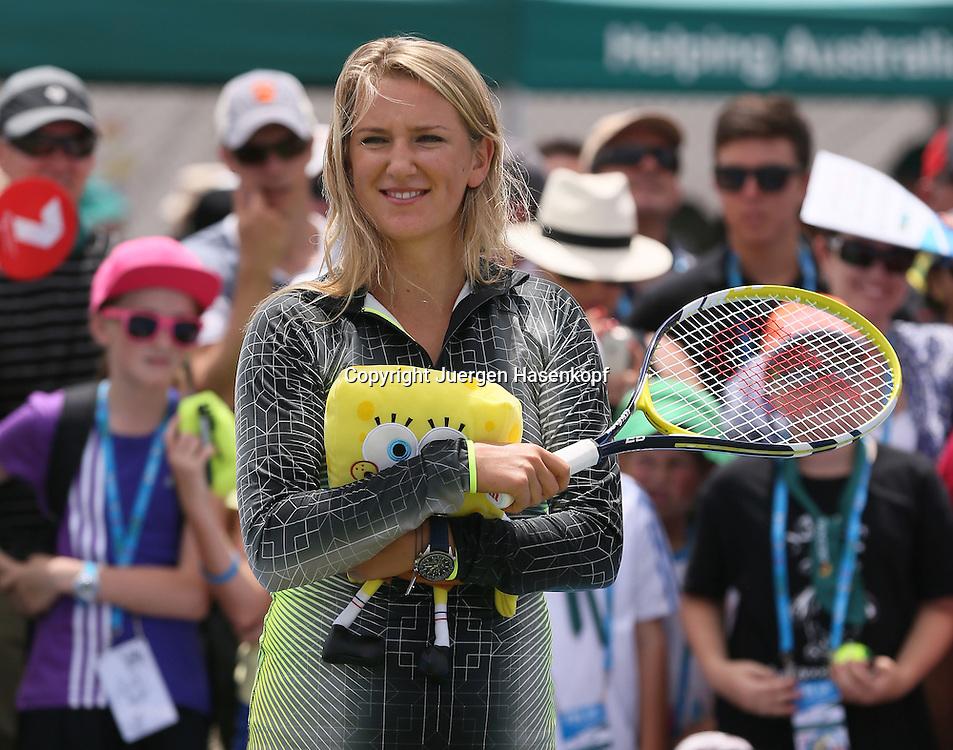 Brisbane International, ATP 250 World Tour WTA,Hardcourt Tennis Turnier in Brisbane,Australia,<br />  Profi Victoria Azarenka (BLR) spielt Tennis mit Kindern,freut sich ueber ihre gewonnene Sponge Bob Puppe,Einzelbild,Halbkoerper,Querformat,<br /> Feature,