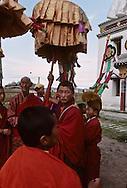 Mongolia. Maidar Buddhist ceremony  Erden Zuu, Karakorum      /  Procession boudhiste du Maidar.  (Monastère de Erdeni Zuu à Qaraqorin (Karakorum) Mongolie ),/  En tête, le Grand Lama du monastère, en s'accompagnant de sa clochette dril bu (tib.), tient la longe du cheval de MAIDAR dont on aperçoit la tête en haut sur le char. Des laïcs bénévoles tirent le char par des cordes latérales; ce qui les purifie ainsi de leur péchés. (QARAQORIN /  202       P0007498