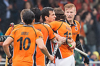 AMSTERDAM - Amsterdam - Oranje Zwart , Wagener Stadion , Hockey , Play-off hoofdklasse hockey heren , 03-05-2015 , Spelers vieren de 1-1 van Oranje Zwart  speler Nickie Leijs (3e r)