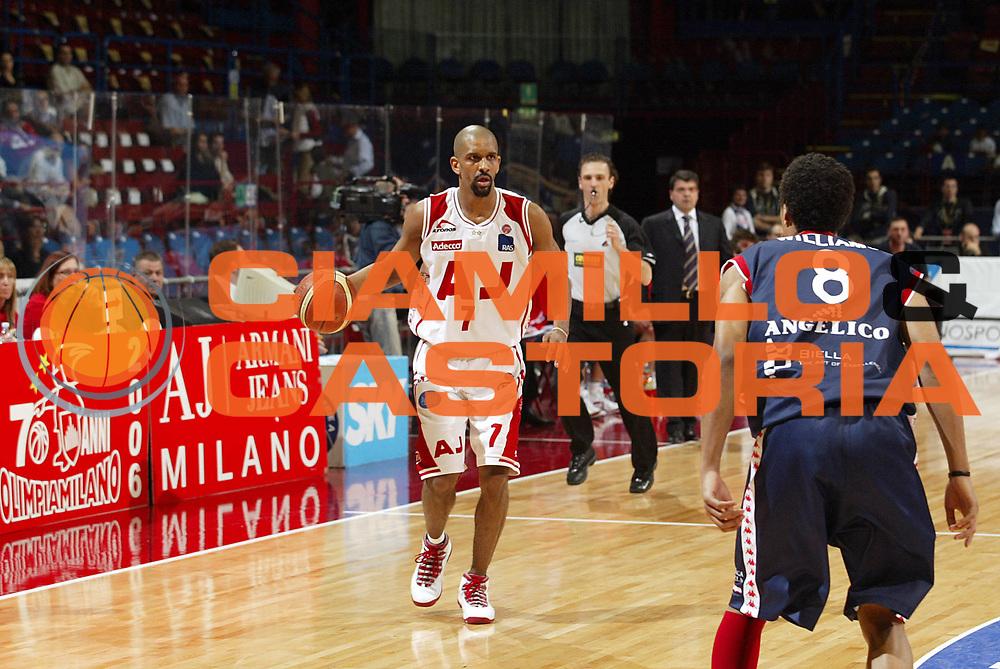 DESCRIZIONE : Milano Lega A1 2005-06 Armani Jeans Olimpia Milano Angelico Biella <br />GIOCATORE : Shumpert<br />SQUADRA : Armani Jeans Olimpia Milano<br />EVENTO : Campionato Lega A1 2005-2006<br />GARA : Armani Jeans Olimpia Milano Angelico Biella<br />DATA : 11/05/2006<br />CATEGORIA : Palleggio<br />SPORT : Pallacanestro<br />AUTORE : Agenzia Ciamillo-Castoria/S.Ceretti
