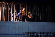 Frankfurt am Main | 07.05.2010..Sie Autobahn A3 am Flughafen Frankfurt wird ab dem 7. Mai 2010 in zehn Naechten voll gesperrt, da eine Betonbruecke errichtet wird, ueber die Flugzeuge zur neuen Start- und Landebahn im Kelsterbacher Wald rollen sollen..Hier: Bauarbeiter und Experten der Baufirma begutachten die Stelle, an der spaeter die Brueckenteile aufliegen sollen...Foto: peter-juelich.com..[No Model Release | No Property Release]