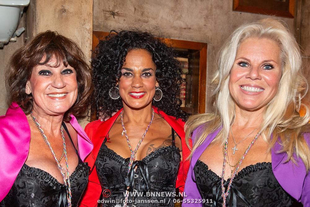 NLD.Blaricum/2019 - Blaricumse Feestweek 2019, Amsterdamse zanger Luv met Jose Hoebee, Marga Scheide en chimene van Oosterhout