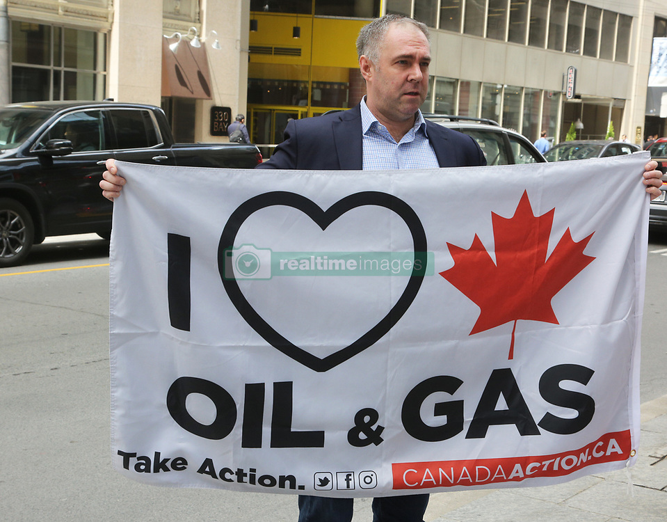 May 24, 2019 - Toronto, ONTARIO, CANADA - Small group of supporters of the Canadian oil companies rallied to protest against environmental groups protesting against fossil fuels and climate change in Toronto, Ontario, Canada, on May 24, 2019. (Credit Image: © Creative Touch Imaging Ltd/NurPhoto via ZUMA Press)