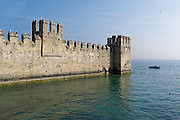 Befestigungsmauer, Castello Scaligero, Sirmione, Gardasee, Lombardei, Italien | Fortification Castello Scaligero, Sirmione, Lake Garda, Lombardy, Italy