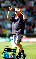 Photo: Leigh Quinnell.<br /> Watford v Sheffield United. Coca Cola Championship.<br /> 17/09/2005. United boss Neil Warnock tells the Watford fans his team is loosing one nil.