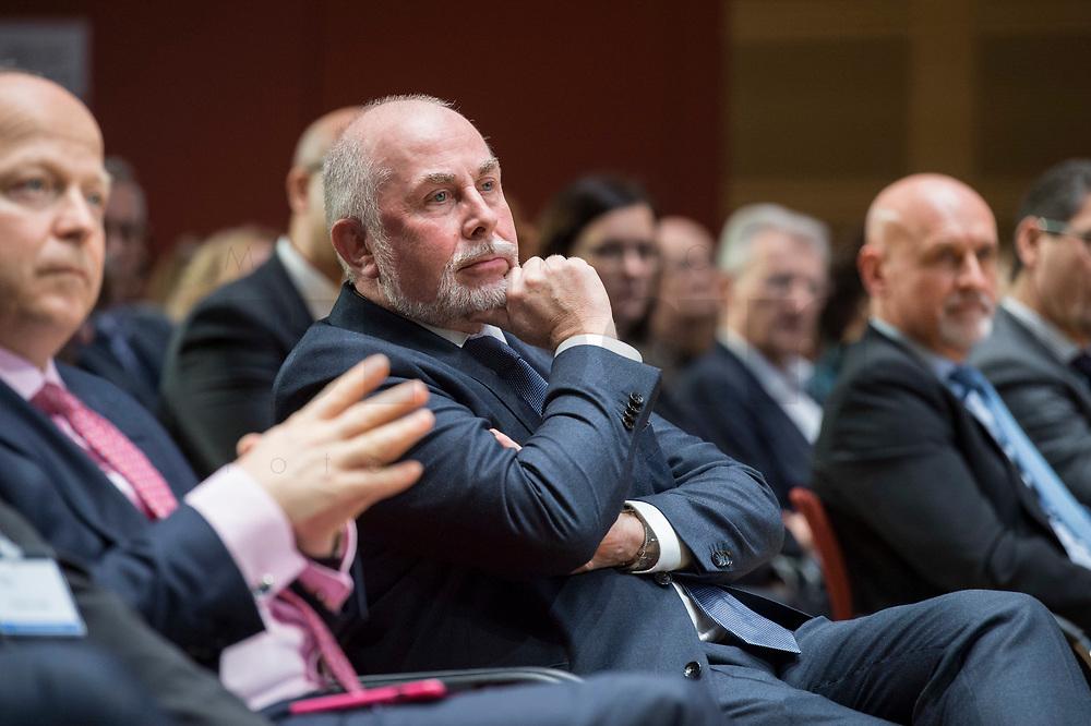 """04 DEZ 2017, BERLIN/GERMANY:<br /> Ulrich Silberbach, dbb Bundesvorsitzender, Europäischer Abend """"Europäische Solidarität: Was darf's kosten?"""", dbb beamtenbund und tarifunion, dbb Atrium<br /> IMAGE: 20171204-01-057<br /> KEYWORDS: Europaeischer Abend"""