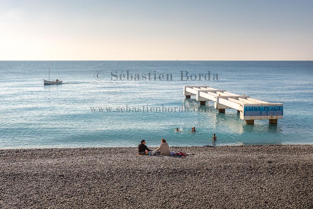Séance de baignade sur la plage près de la promenade des Anglais  // Family bathing on center town beach near promenade des Anglais