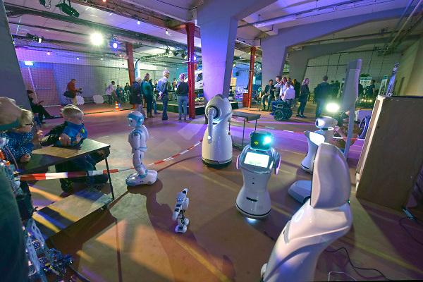 Nederland, Nijmegen, 21-9-2018Innovatiefestival in de Honig. Een stand met zorgrobots .Foto: Flip Franssen