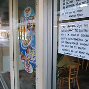 Vandalisme winkelcentrum Kostmand Huizen, winkel gesloten, bord aankondiging