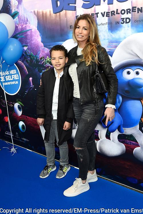 Nederlandse premi&egrave;re van DE SMURFEN EN HET VERLOREN DORP in Pathe ArenA, Amsterdam<br /> <br /> Op de foto:   Christie Bokma met haar zoon Davey