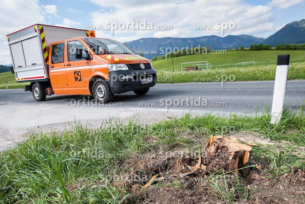 14.05.2012, Abtenau, AUT, Verkehrsunfall Marcel Hirscher, Marcel Hirscher wurde mit seinem Dienstauto auf dem Weg nach Schladming in einen schweren Unfall verwickelt, einen Frontalzusammenstoß mit einem entgegenkommenden Wagen konnte Hirscher gerade noch vermeiden. Der 23-Jährige prallte aber gegen einen Baum am StraßenrandP im Bild Ausfahrt mit Baumstrunk nach dem Unfall. EXPA Pictures © 2012, PhotoCredit: EXPA/ Johann Groder