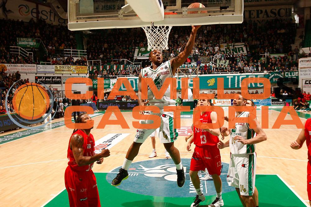 DESCRIZIONE : Siena Lega A 2010-11 Montepaschi Siena Armani Jeans Milano <br /> GIOCATORE : Bo McCalebb<br /> SQUADRA : Montepaschi Siena<br /> EVENTO : Campionato Lega A 2010-2011<br /> GARA : Montepaschi Siena Armani Jeans Milano<br /> DATA : 05/12/2010<br /> CATEGORIA : tiro<br /> SPORT : Pallacanestro<br /> AUTORE : Agenzia Ciamillo-Castoria/P.Lazzeroni<br /> Galleria : Lega Basket A 2010-2011<br /> Fotonotizia : Siena Lega A 2010-11 Montepaschi Siena Armani Jeans Milano<br /> Predefinita :