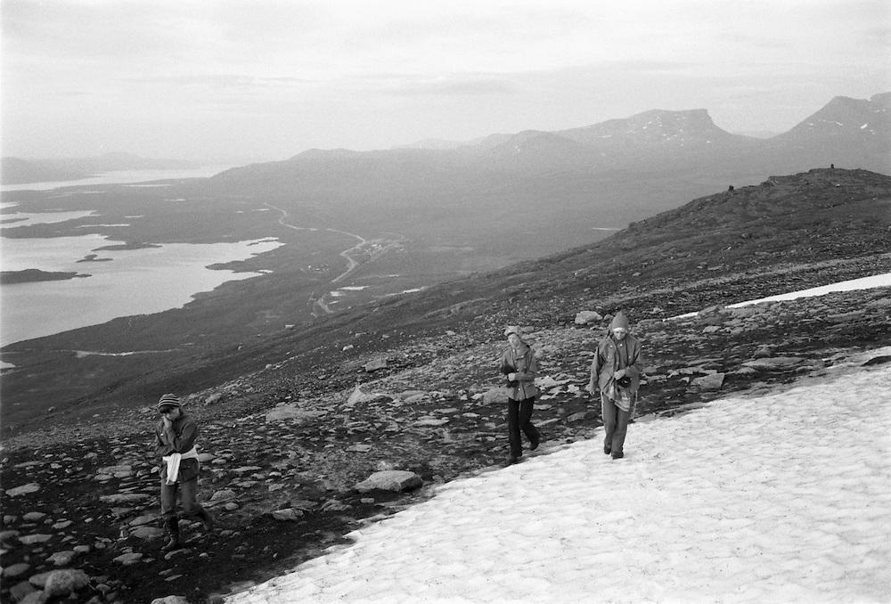 Vandring upp Nuolja, i bakgrunden Lapporten.